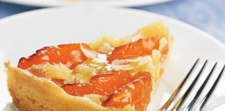 Apricot nut slices with sour cream